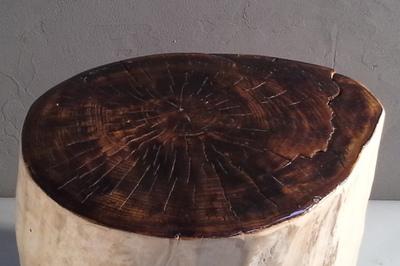 Tabouret en bois flotté avec l'assise teinté et vernis