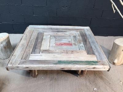 Table basse en planches de bois flotté