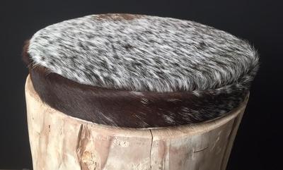 Tabouret en bois flotté avec l'assise en peau de vache