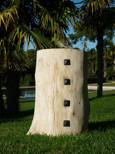 Tabouret en bois flotté clouté avec des clous à facettes