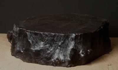 Tabouret en bois flotté brulé