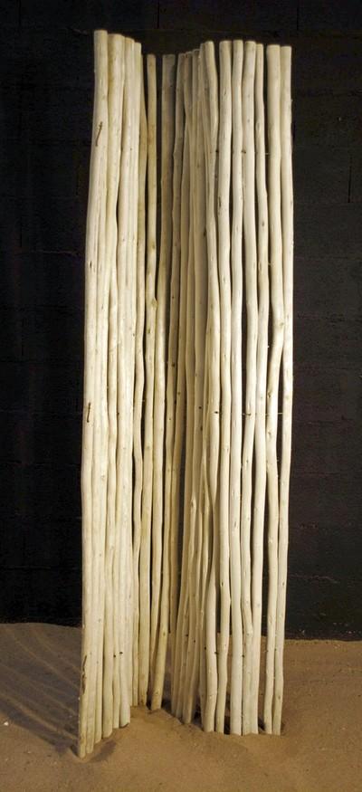 branches de bois écorcées en rouleaux de 180cm de hauteur.