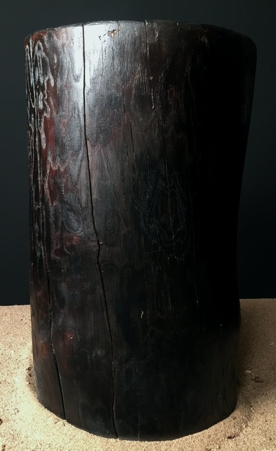 Tabouret en bois flotté et brulé